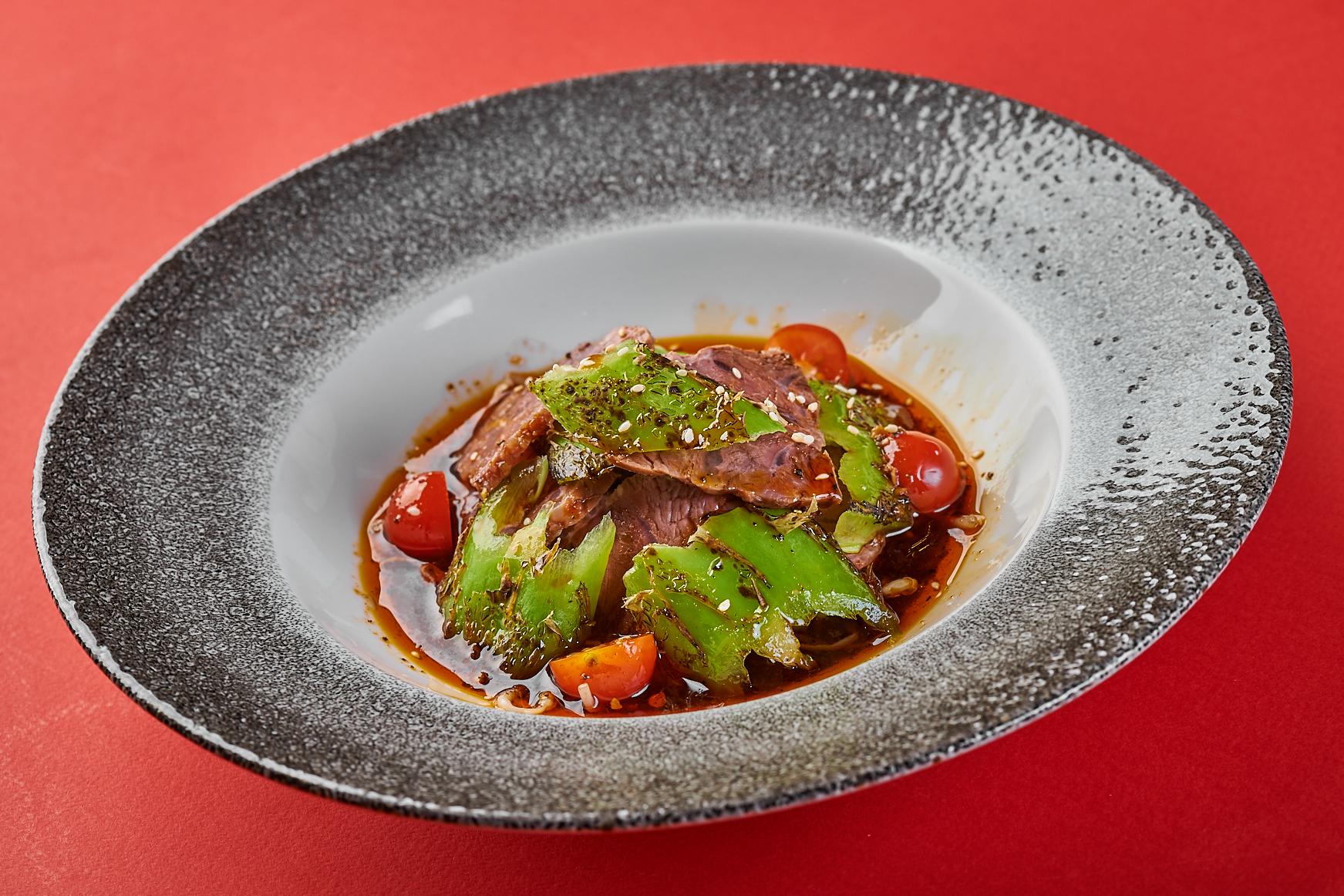 Острый салат из говядины, запеченного перца и ростков сои 950₽